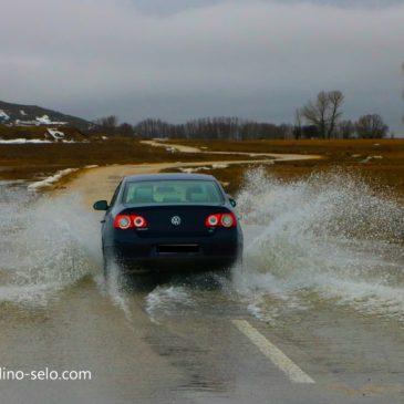 PRIPAZITE: Na cesti Mandino Selo – Borčani ima vode i udarnih rupa!