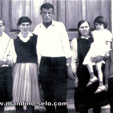 IZ ARHIVE: Ispred crkve 1964.