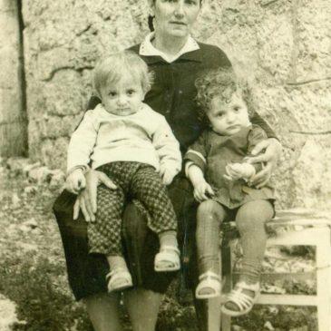 IZ ARHIVE: Anica sa svojim blizancima
