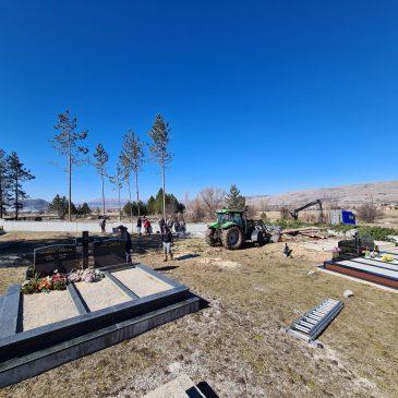 LIPA: Uklonjeno 18 borova u groblju